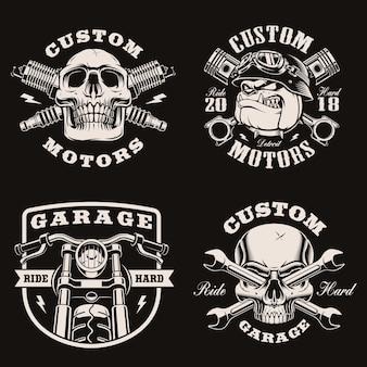 Emblemi di moto d'epoca in bianco e nero su oscurità