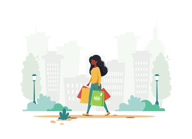 Donna di colore che fa shopping in città