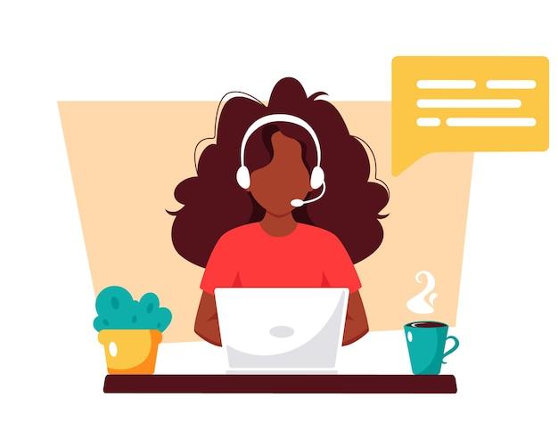Donna nera con cuffie, servizio clienti, assistente, supporto, concetto di call center