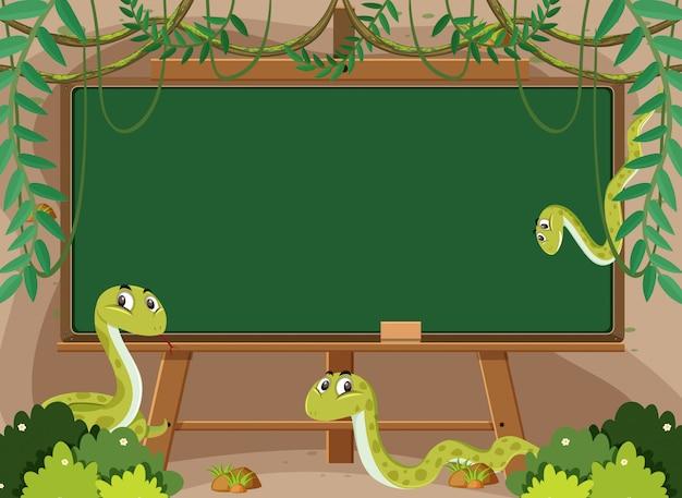 Modello di lavagna con serpenti a sonagli in giardino