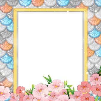 Bandiera in bianco sul reticolo senza giunte di squame di pesce arcobaleno con molti fiori