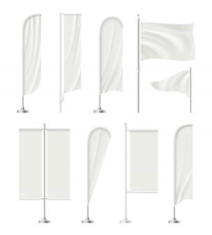 Bandiera della spiaggia in bianco. supporti vuoti all'aperto per pubblicizzare messaggi promozionali con bandiere tessili immagini realistiche