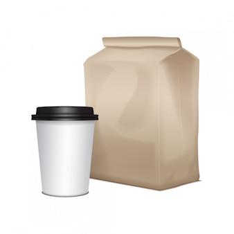 Il cartone bianco porta via il pacchetto del pranzo con una tazza di caffè. imballaggi per sandwich, alimenti, altri prodotti
