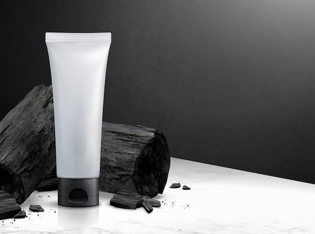 Tubo di plastica cosmetica in bianco con carbone di legna nell'illustrazione 3d su struttura di tavolo in pietra di marmo e parete nera