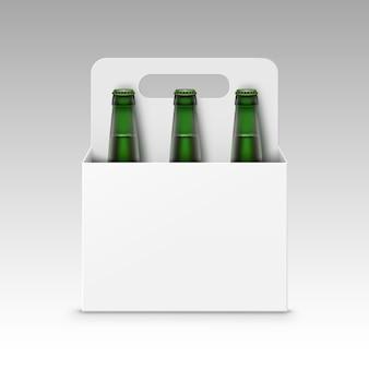 Bottiglie verdi vuote di birra chiara con l'imballaggio
