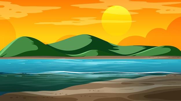 Paesaggio naturale vuoto alla scena del tramonto con sfondo di montagna