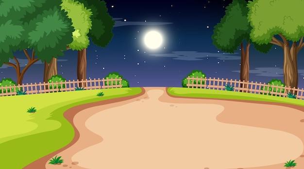 Paesaggio vuoto del parco naturale di notte con sentiero attraverso il prato