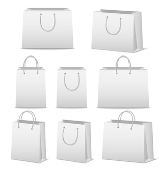 Set di sacchetti della spesa di carta in bianco isolato su bianco