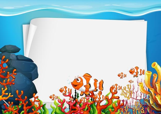 Modello di carta bianco con personaggio dei cartoni animati di pesci esotici nella scena subacquea