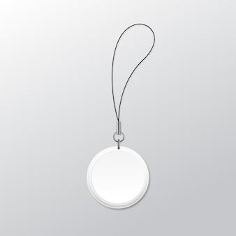 Keychain rotondo in bianco con l'anello e la corda per la chiave isolata su fondo bianco
