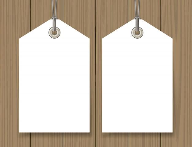 Le etichette in bianco di vendita derisono sull'insieme su fondo di legno