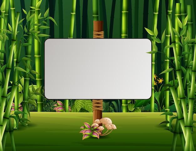 Un segno in bianco nella foresta di bambù