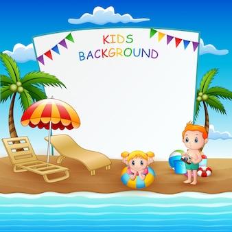 Modello in bianco del segno con i bambini sulla spiaggia