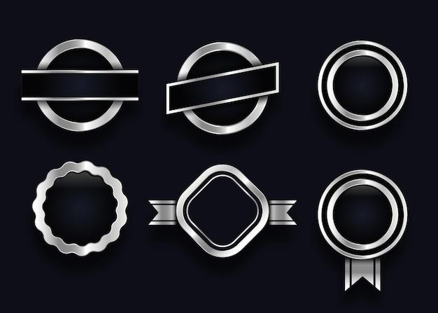 Collezione di elementi distintivi ed etichette d'argento in bianco