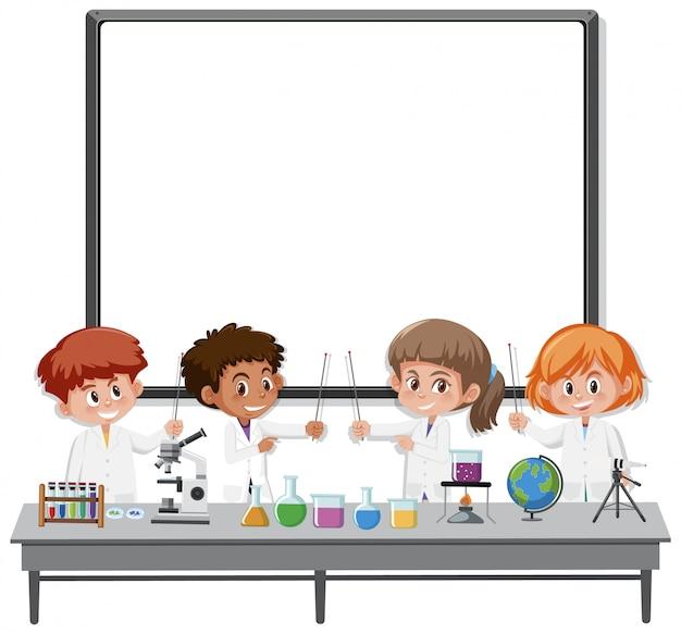 Lavagna bianca vuota e bambini nel carattere dello scienziato