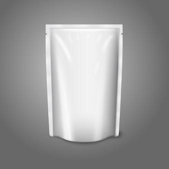 Sacchetto di plastica realistico bianco vuoto isolato su sfondo grigio