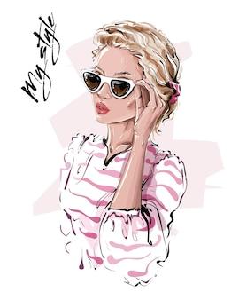 Ragazza dai capelli biondi con gli occhiali da sole