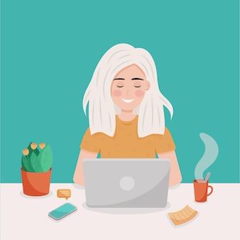 La ragazza bionda lavora al laptop