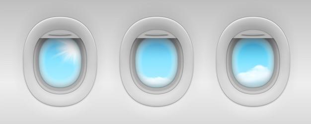 Cielo blu e nuvola dietro gli oblò degli aeroplani aerei realistici o finestre di aerei a reazione isolati al coperto