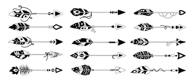 Freccia boho con set di glifo piuma nera. linea etnica piume di uccello, punta di freccia disegnata a mano. collezione di design del tatuaggio hipster. stile bohémien, indiano, hipster, simboli tribali.
