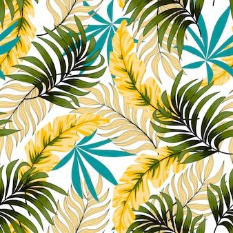 Modello tropicale senza cuciture botanico con foglie e piante luminose su uno sfondo delicato