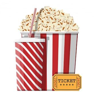 Ciotola piena di popcorn, bicchiere di carta, biglietto del cinema