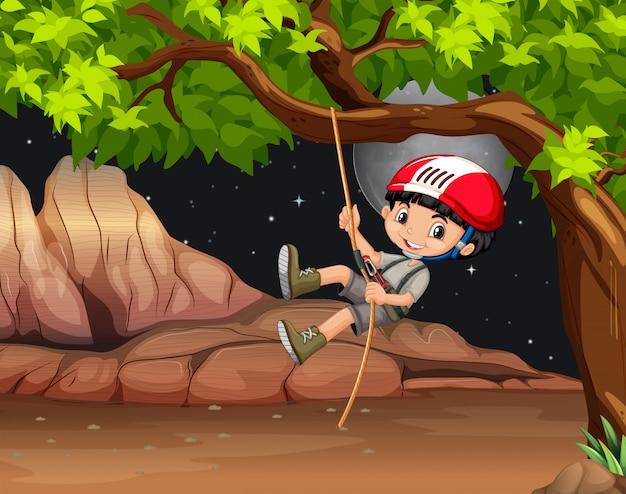 Ragazzo che sale l'albero di notte