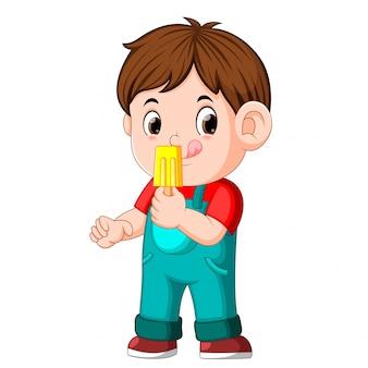 Un ragazzo che mangia il gelato alla frutta su un bastone