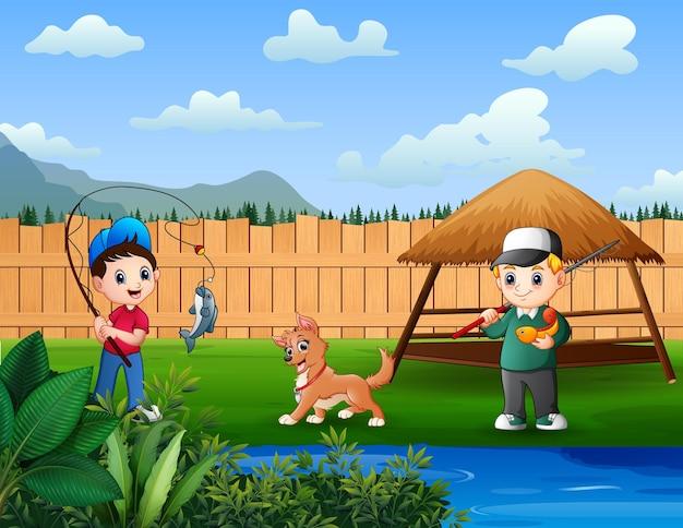 Il ragazzo si diverte a pescare nello stagno del cortile