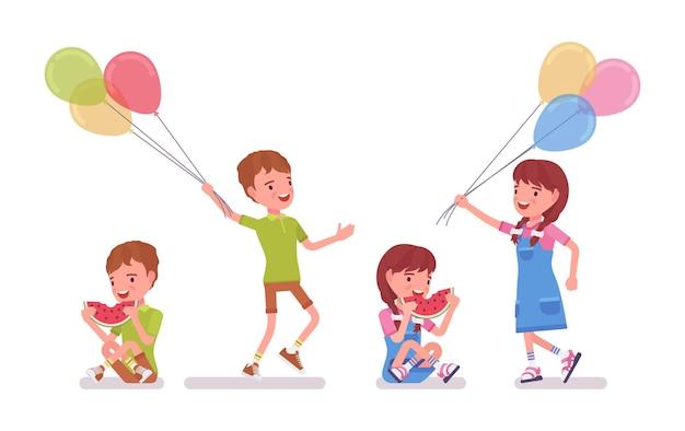 Ragazzo e ragazza bambino da 7 a 9 anni, attività e divertimento per bambini in età scolare. i bambini si divertono a mangiare l'anguria, tenendo in mano palloncini luminosi. vector l'illustrazione del fumetto di stile piano isolata, fondo bianco
