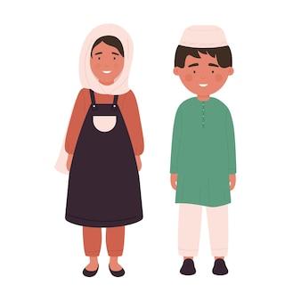 Ragazzo e ragazza in abiti tradizionali in piedi insieme