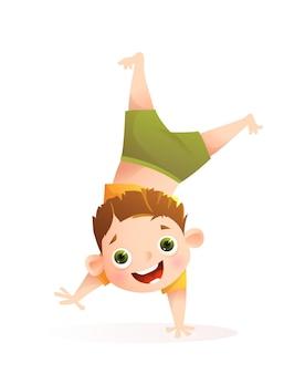 Ragazzo che gioca e si diverte, fa la verticale per attività sportive o balla. piccolo carattere del ragazzo del bambino da solo isolato su bianco. fumetto di vettore per i bambini.