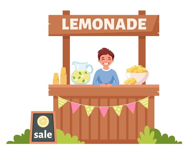 Ragazzo che vende limonata fredda nel chiosco della limonata
