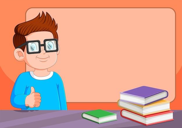Ragazzo che usa gli occhiali seduto vicino al molto libro sul tavolo