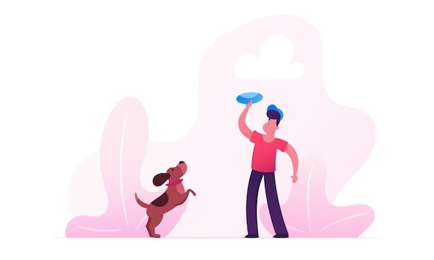 Ragazzo che cammina con il cane bassotto all'aperto