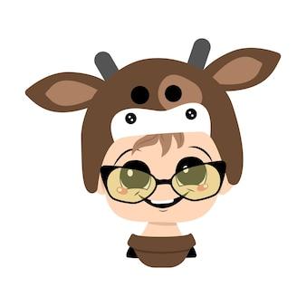 Ragazzo con grandi occhi, occhiali e ampio sorriso felice in un cappello da mucca. testa di bambino carino con faccia gioiosa in costume di carnevale per vacanze, natale o capodanno