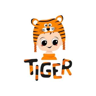 Ragazzo con grandi occhi e ampio sorriso in cappello da tigre con scritta ragazzo carino con faccia felice in cos...