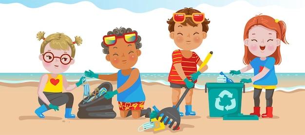 Ragazzi e bambina che giocano sulla spiaggia durante le vacanze estive