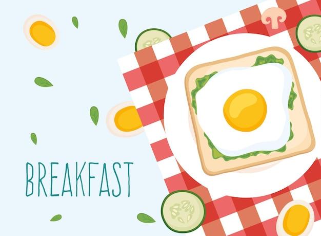 Pane tostato per la colazione con uova e cetrioli