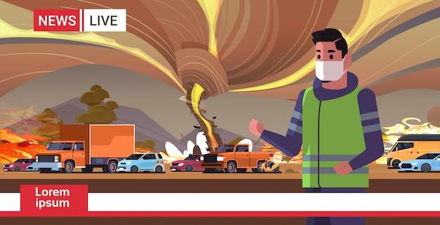 Ultime notizie uomo reporter in maschera brodcasting cespuglio fuoco secco legna ardente alberi riscaldamento globale disastro naturale ecologia problema concetto ritratto orizzontale