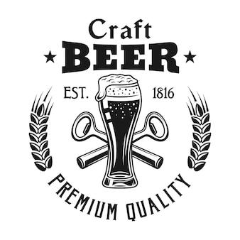 Emblema del birrificio con bicchiere di birra isolato su bianco