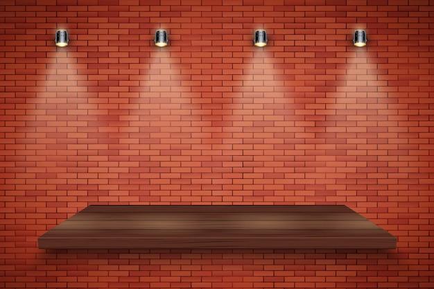 Muro di mattoni e piattaforma in legno con tre faretti vintage.