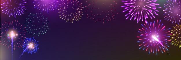 Fuochi d'artificio vivacemente colorati con fumo pallido dal fuoco al crepuscolo