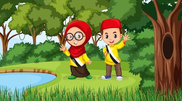 I bambini del brunei indossano abiti tradizionali nella scena della foresta
