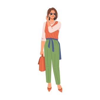 Donna castana in tacchi alti di stoffa alla moda alla moda