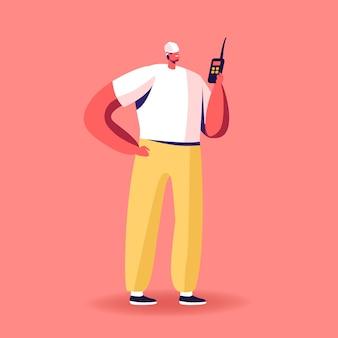 Personaggio maschile costruttore con elmetto che tiene walkie talkie