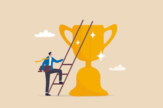 Costruire la scala verso il successo, la strategia e il piano per crescere e raggiungere l'obiettivo o l'obiettivo, il concetto di ambizione e aspirazione, l'uomo d'affari che costruisce la scala del successo salendo in cima alla coppa del trofeo del campione.