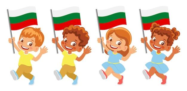 Bandiera della bulgaria in mano. bambini che tengono bandiera. bandiera nazionale della bulgaria