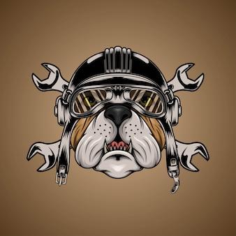 Bulldog testa marrone indossando casco da motociclista con chiave inglese