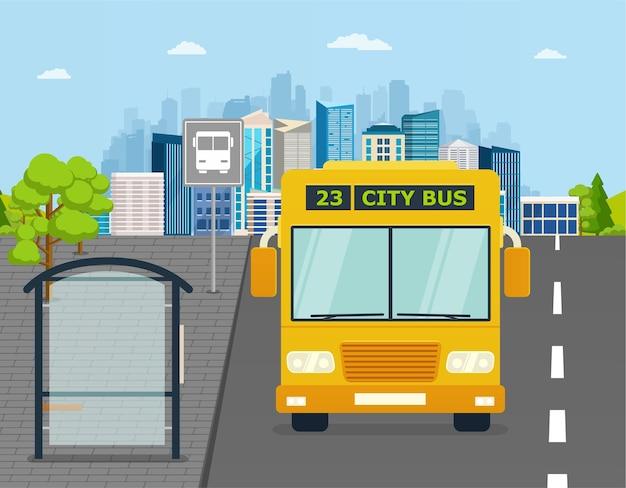 Autobus alla fermata dell'autobus sullo sfondo della città. concetto di trasporto del trasporto di passeggeri.